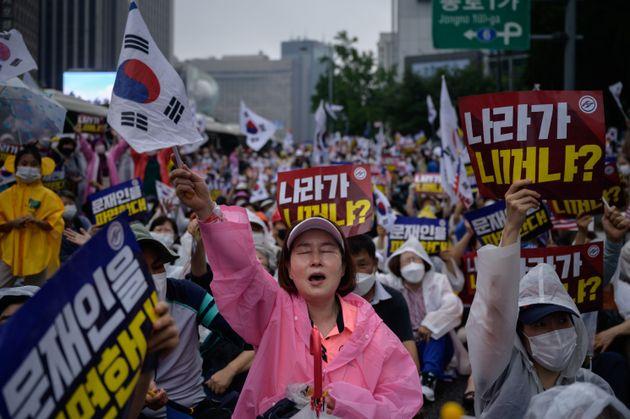 (자료 사진) 2020년 8월 15일 서울 광화문 일대에서 열린 집회에서 친미 보수 기독교 단체 회원들이 깃발을 흔들며 구호를 외치고