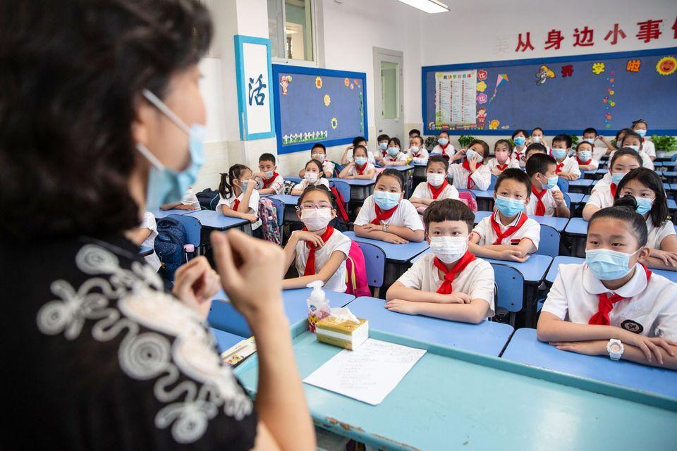새 학기 첫 날, 초등학생들이 수업을 듣고 있다. 우한, 중국. 2020년