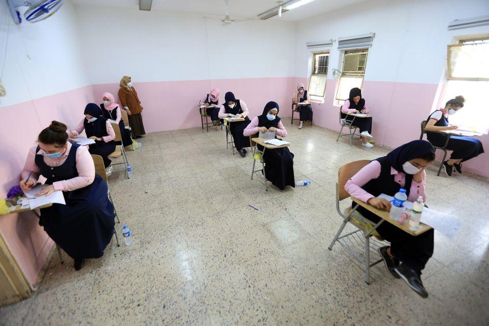 시험을 치르고 있는 학생들. 바그다드, 이라크. 2020년