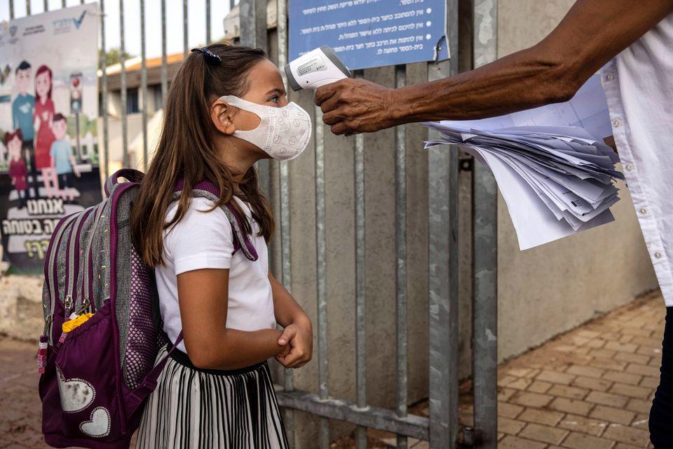 한 초등학생이 체온 측정을 받고 있다. 아슈켈론, 이스라엘. 2020년