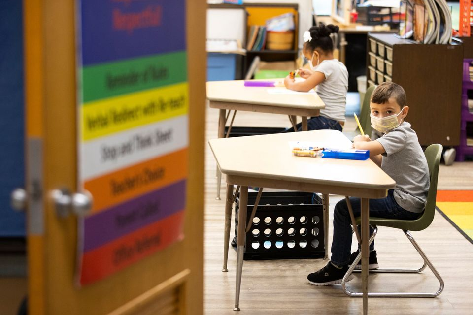 초등학교 1학년 학생들이 수업을 듣고 있다. 던모어, 펜실베이니아주, 미국. 2020년