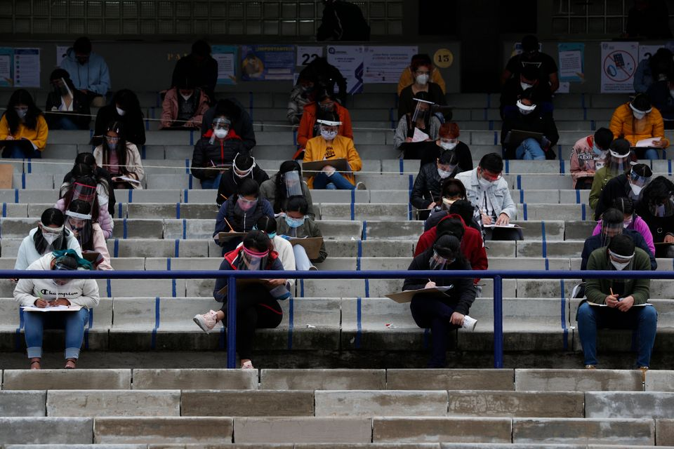 체육관 관중석에서 대학 입학시험을 치르고 있는 학생들. 멕시코시티, 멕시코. 2020년