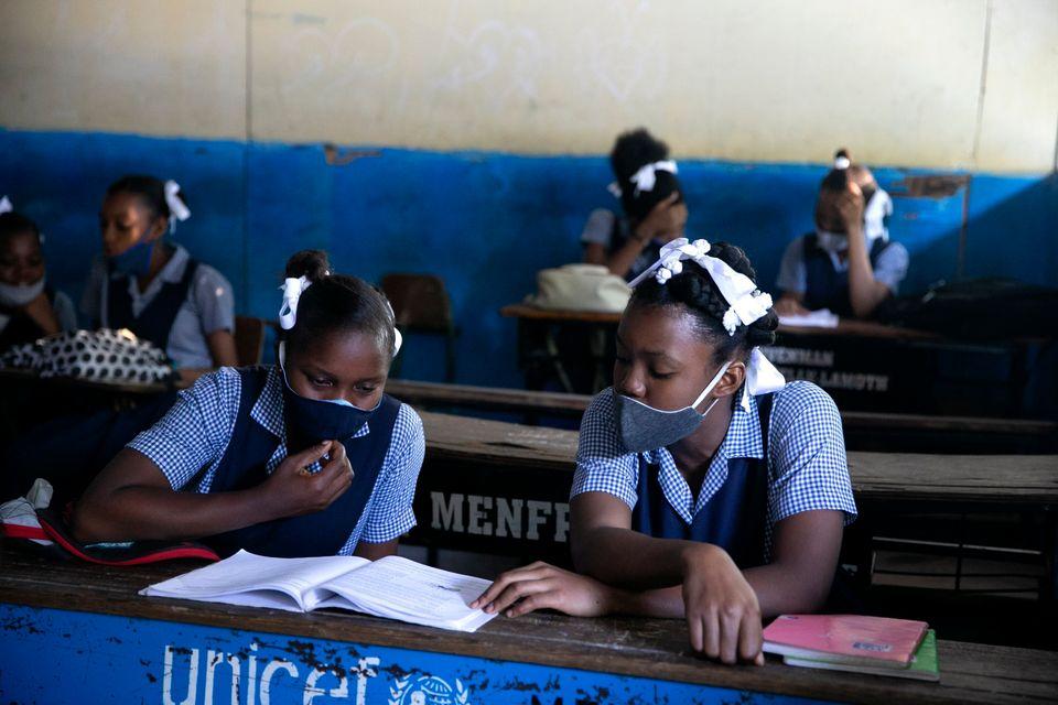 코로나19로 인한 5개월 간의 봉쇄조치 이후 수업이 재개된 첫 날. 포르토프랭스, 아이티. 2020년