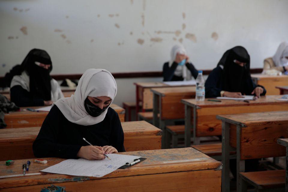 최종 시험을 치르고 있는 학생들. 사나, 예멘. 2020년
