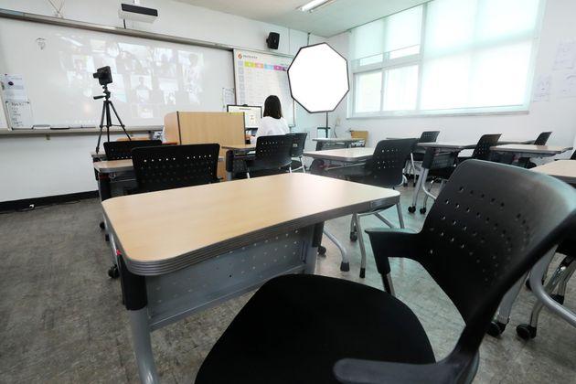 고3을 제외한 수도권 유·초·중·고·특수학교 원격수업이 실시된 지난 8월26일 오전 경기 수원 한 고등학교에서 교사가 원격수업을 진행하고