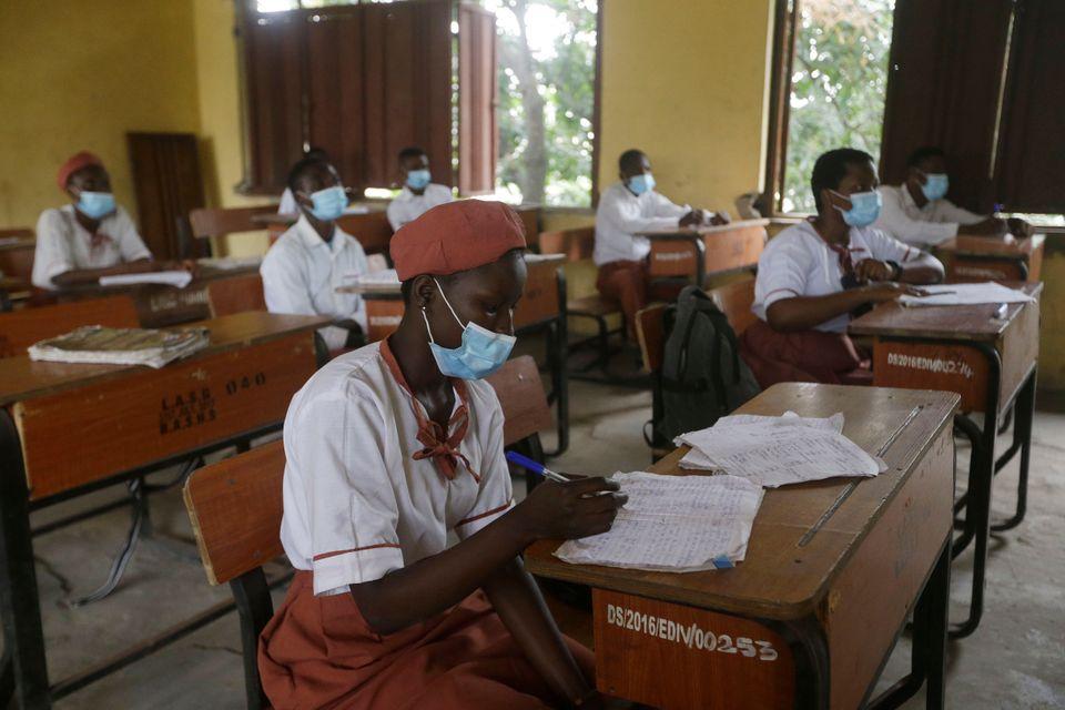 몇개월 만에 다시 문을 연 학교로 돌아온 학생들. 라고스, 나이지리아. 2020년