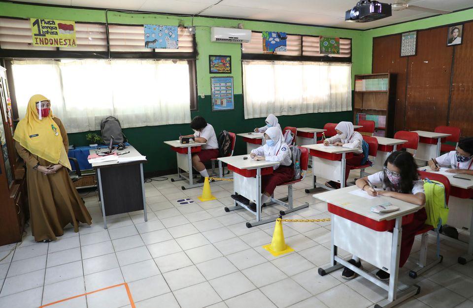 마스크 등으로 '무장'한 교사와 학생들. 자카르타, 인도네시아. 2020년