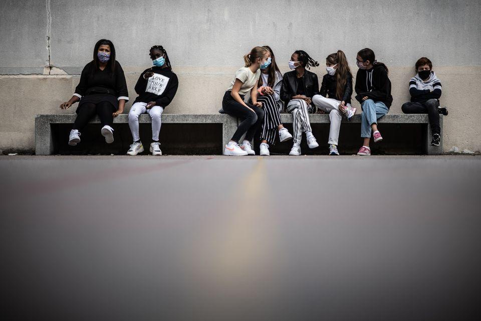 개학 첫날, 중학교 학생들이 학교에서 휴식을 취하고 있다. 파리, 프랑스. 2020년