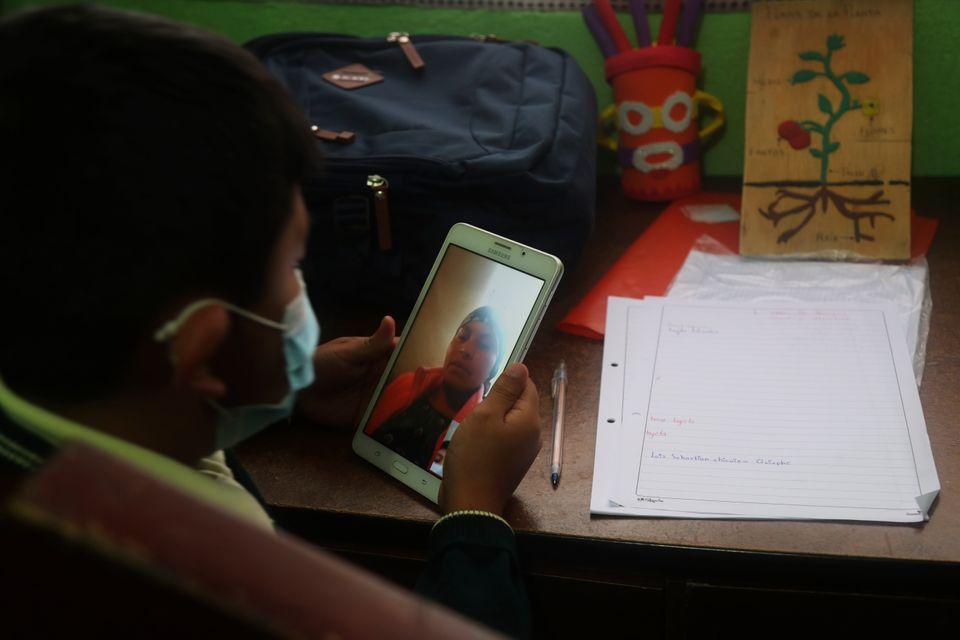 한 학생이 집에서 온라인으로 수업을 듣고 있다. 라호세피나, 에콰도르. 2020년