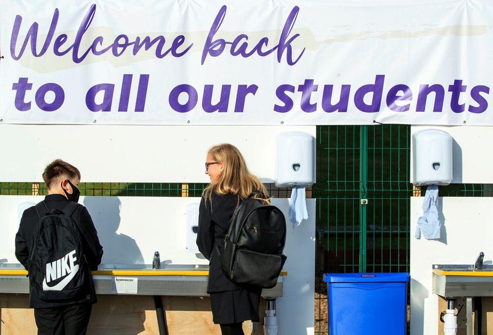 학생들이 교실에 들어가기 전 손을 씻고 있다. 유럽 대부분의 국가에서는 학교 수업이 재개됐다. 돈카스터, 영국. 2020년