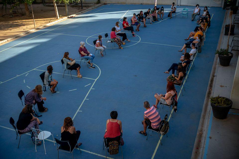 방학 이후 처음으로 다시 만난 교사들이 개학을 앞두고 코로나19 방역지침 등에 대한 회의를 하고 있다. 바르셀로나, 스페인. 2020년