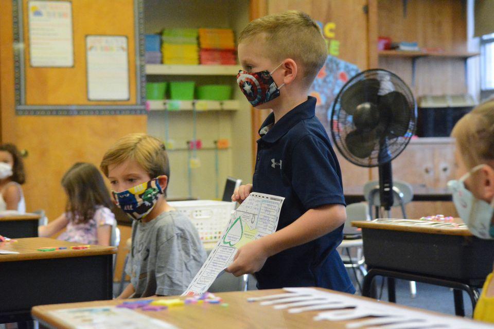 코로나19로 연기된 유치원 입학 첫날, 한 학생이 자기소개를 하고 있다. 마이너스빌, 펜실베이니아주, 미국. 2020년