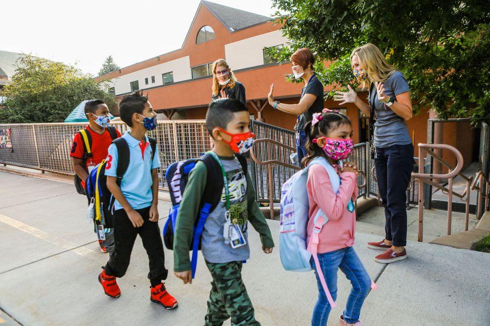 학교 개학 첫날, 교사들이 학생들을 반갑게 맞이하고 있다. 에이번, 콜로라도주, 미국. 2020년