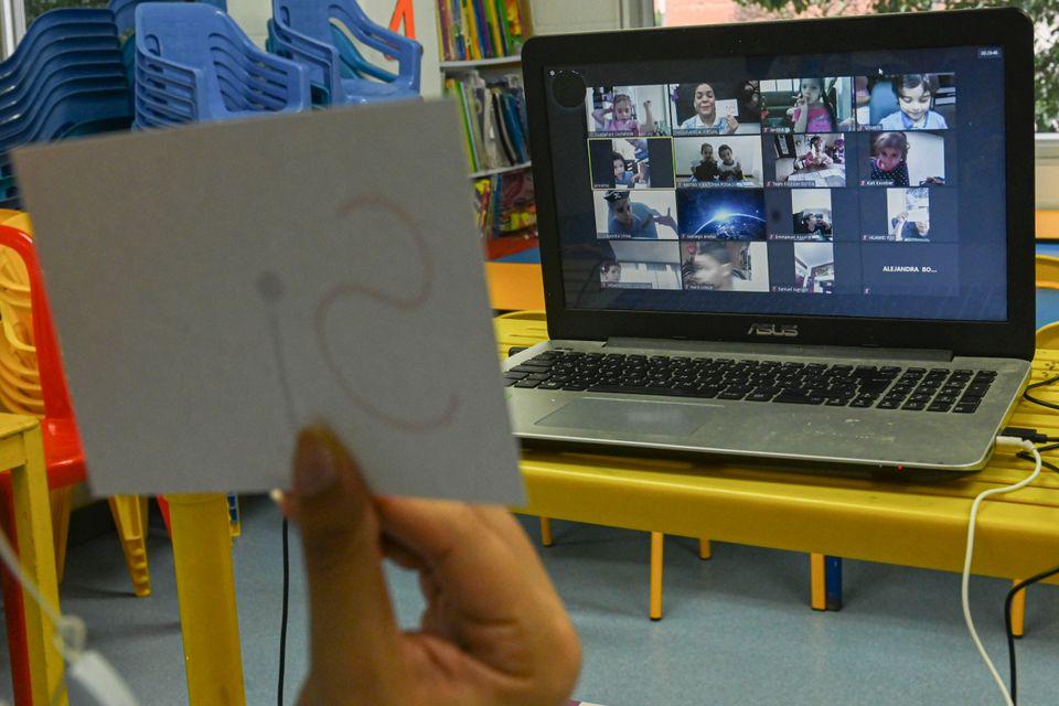 한 유치원 교사가 온라인으로 수업을 진행하고 있다. 메데진, 콜롬비아. 2020년