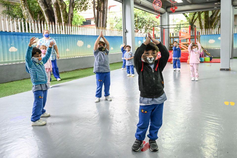 유치원 학생들이 체육 수업을 듣고 있다. 콜롬비아는 온라인 수업과 대면수업을 병행하고 있다. 메데진, 콜롬비아.