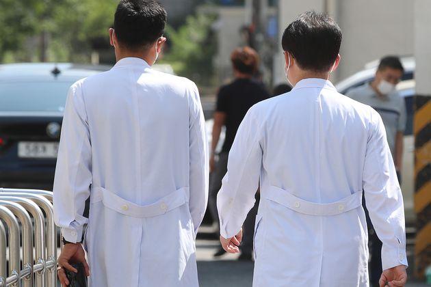 (자료사진) 대구 중구 삼덕동 경북대학교병원에서 의료진이 근무지로 향하고 있다.