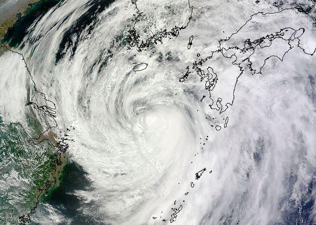 자료사진. 일본 오키나와 인근을 지나는 태풍의