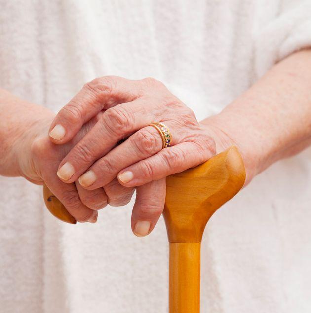 La nonnina di 92 anni prende a bastonate il ladro e lo mette in