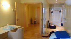 Wifi, estetista e massaggiatori. La stanza di Berlusconi al San Raffaele è una vera