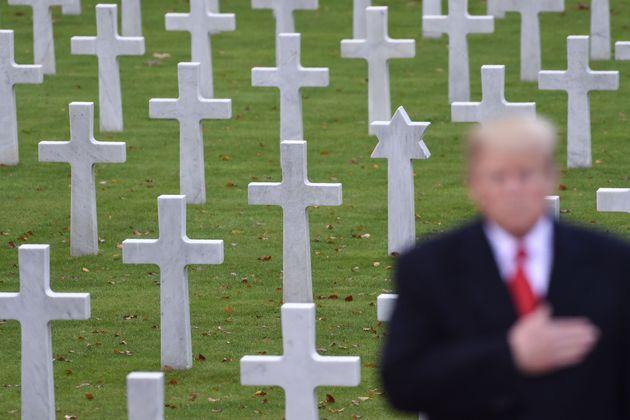 (자료사진) 도널드 트럼프 대통령이 프랑스 파리 외곽의 쉬렌 미군묘지를 참배하고 있다.2018년