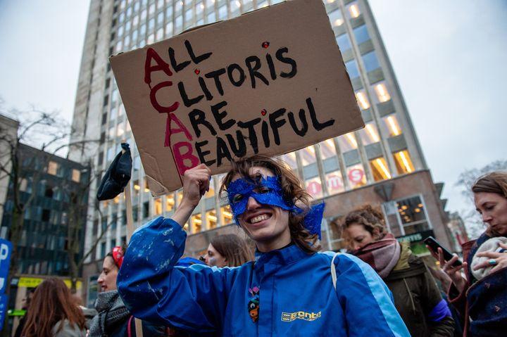 2019년 '국제 여성의 날'을 기념해 벨기에 브뤼셀에서 열린 시위의 한 장면. 참가 여성이 '모든 클리토리스는 아름답다'는 플래카드를 들고 있다.