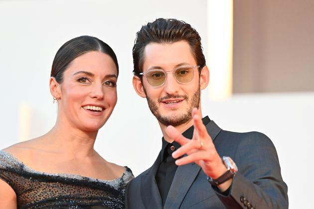 Natasha Andrews et Pierre Niney sur le tapis rouge de la Mostra de Venise le 3 septembre