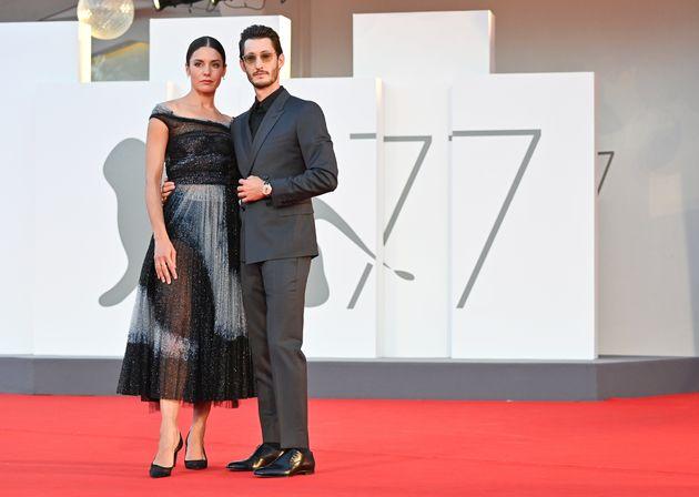 Natasha Andrews et Pierre Niney sur le tapis rouge de la Mostra de