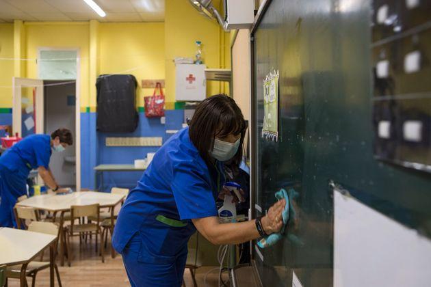 Dos trabajadoras de la limpieza desinfectan una clase del colegio María Moliner de Zaragoza, el...