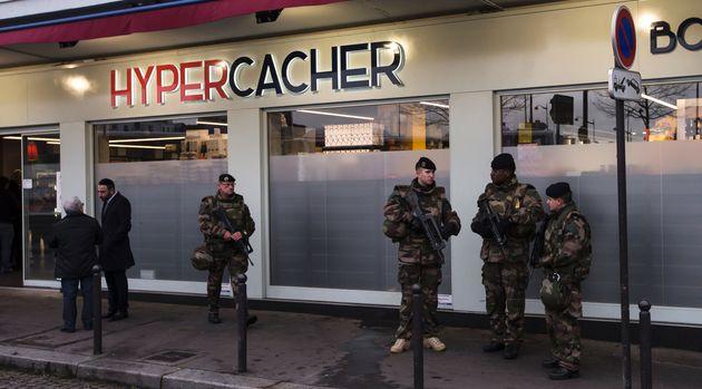 Des militaires devant l'Hyper Cacher de la Porte de Vincennes en janvier 2016, à Paris (Ian