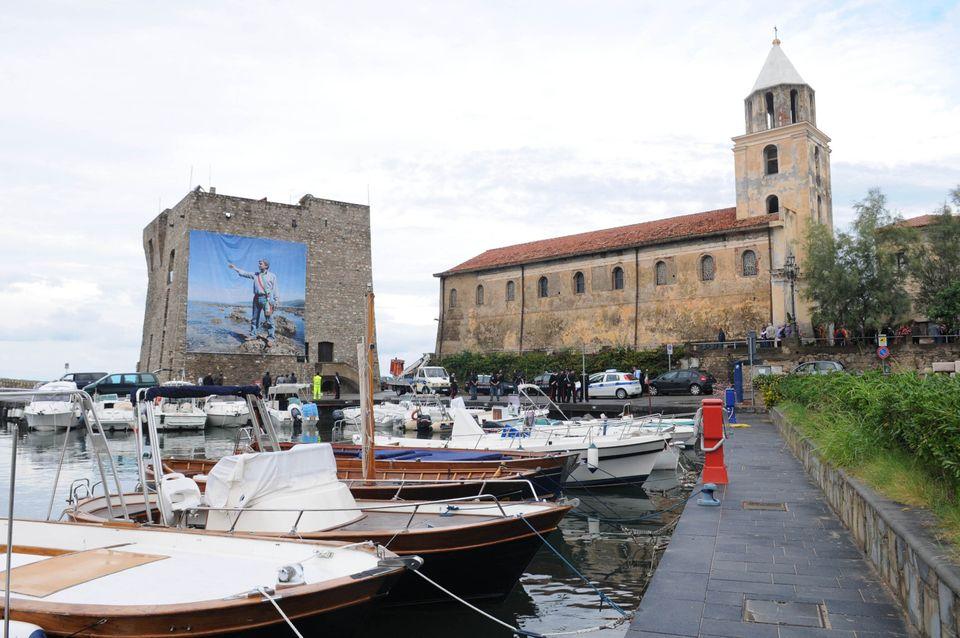 Una gigantografia di Angelo Vassallo affissa sulla torre del porto nel giorno dei