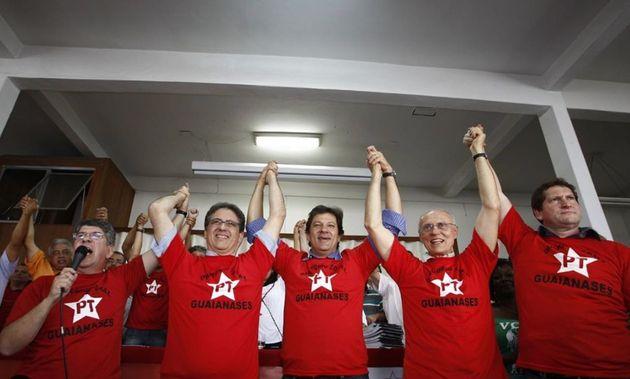Jilmar Tatto, no canto esquerdo, acompanhado do vereador Eduardo Suplicy e do ex-prefeito Fernando Haddad,...
