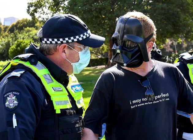Βίαιη τροπή σε διαδήλωση κατά του lockdown στην Μελβούρνη με συνθήματα περί καταπάτησης