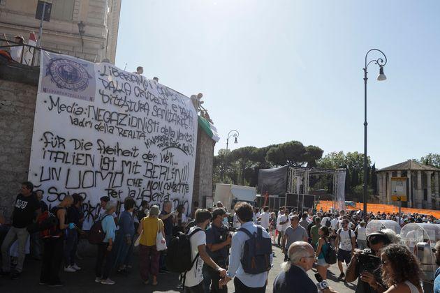 16 νεκροί και 1.700 κρούσματα σε μια μέρα αλλά Ιταλοί διαδηλώνουν αρνούμενοι την ύπαρξη