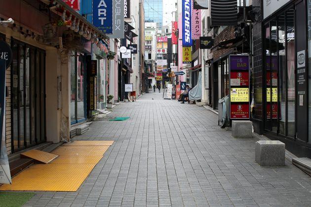 신종 코로나바이러스 감염증(코로나19) 방역 강화를 위한 사회적 거리두기 2.5단계 조치가 1주일 연장된 가운데 6일 서울 중구 명동 거리가 한산한 모습을 보이고