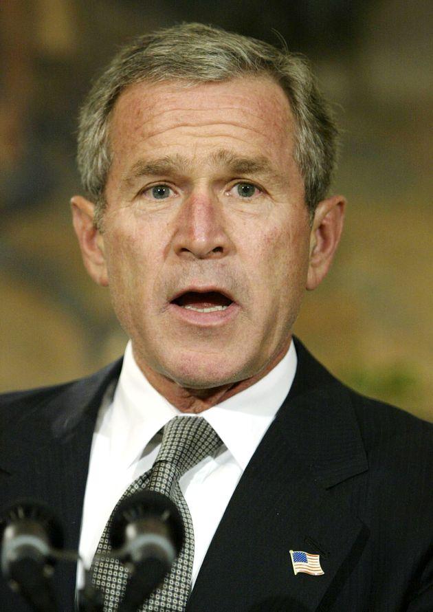 イラクに対する武力行使の権限を大統領に与える決議案が、アメリカ上院で可決されたことを報告するブッシュ大統領(2002年10月)