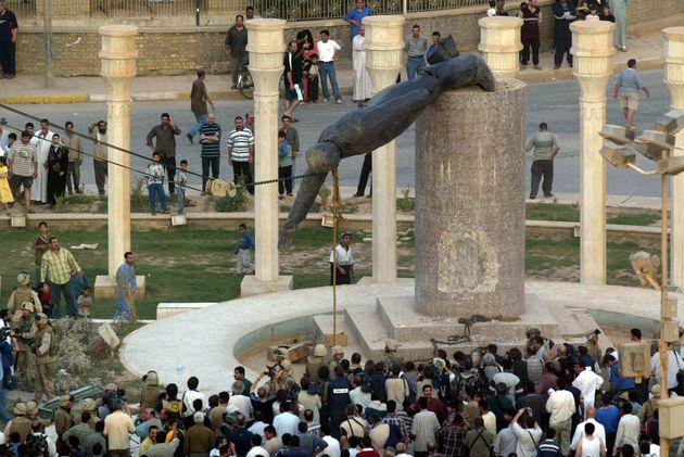 イラクの首都バグダッド市内中心部が米軍に制圧され、引き倒されるフセイン大統領の像(2003年4月9日)