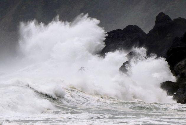 Ο ισχυρός τυφώνας Χαϊσέν στις ακτές της