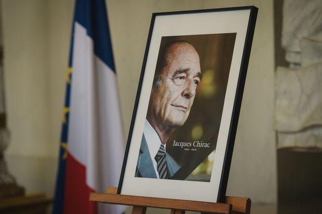 Un portrait de Jacques Chirac placé à l'entrée de l'Élysée le 28 septembre