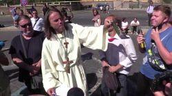 Il no mask si soffia il naso con la mascherina a Roma.