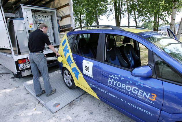 Un technicien remplit d'hydrogène l'un des cent