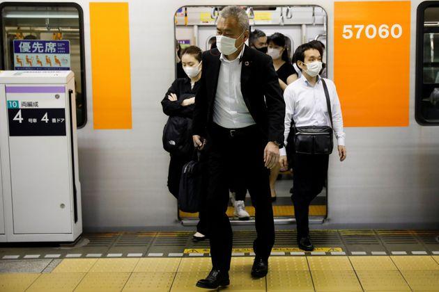 マスクをつけて電車に乗客