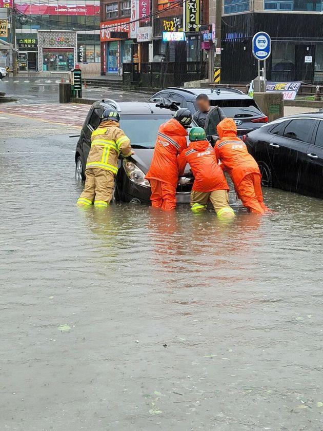 제10호 태풍 하이선의 영향으로 많은 비가 내리는 7일 오전 경남 양산 삼호동 주차장에서 차량이 침수돼 소방대원이 이동조치를 하고