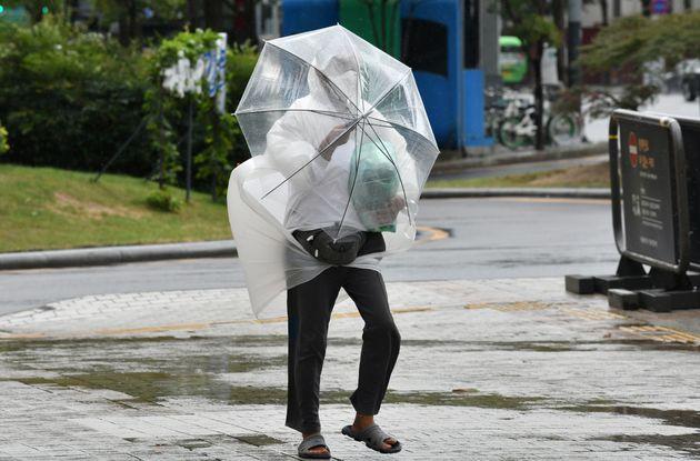 제10호 태풍 '하이선'의 영향으로 강한 바람이 분 서울 도심에서 우산을 쓴 한 시민이 힘겹게 발걸음을 옮기고 있다. 2020년