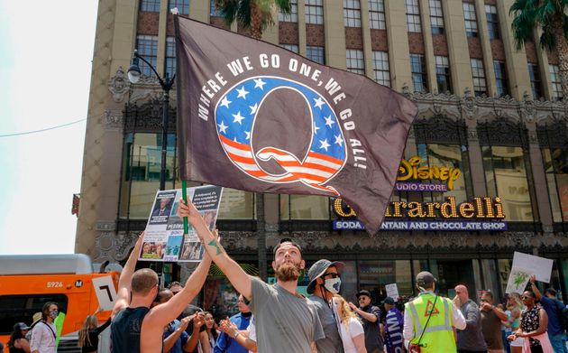 8月22日、カリフォルニア州ロサンゼルスで、デモ行進を行った「Qアノン」支持者たち。