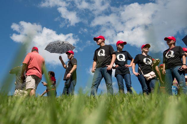 トランプ大統領のキャンペーン集会を待つ、「Qアノン」のTシャツを着た支持者たち=2018年10月、テネシー州