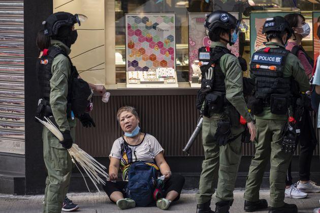 Οργή στο Χονγκ Κονγκ μετά το βίντεο με τις εικόνες από την άγρια σύλληψη 12χρονου