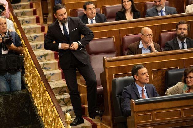 Santiago Abascal mira a Pedro Sánchez en el Congreso, el 21 de mayo de