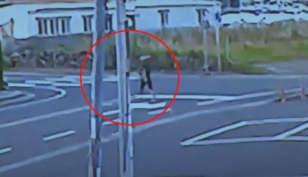 29세 남성 A씨가 주차장 인근을 배회하며 범행 대상을 물색하는 모습이 CCTV에 고스란히