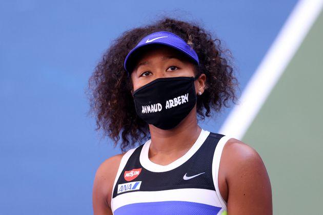 9月5日の3回戦で、アマッド・アーバリーさんの名前が書かれたマスクをつける大坂選手