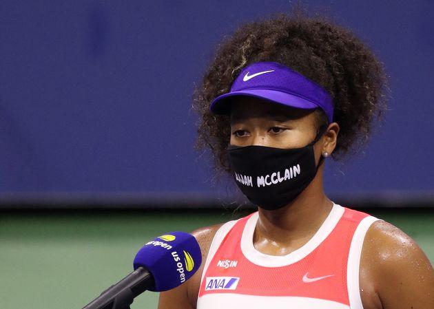 エライジャ・マクレーンさん名前が書かれたマスクをつける大坂選手。9月2日の2回戦に勝ったあと、インタビューに臨んでいる。